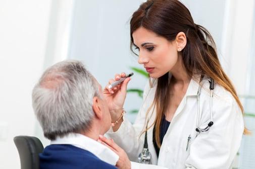 doctor-examinando-ojos-paciente-masculino-mayor_videre
