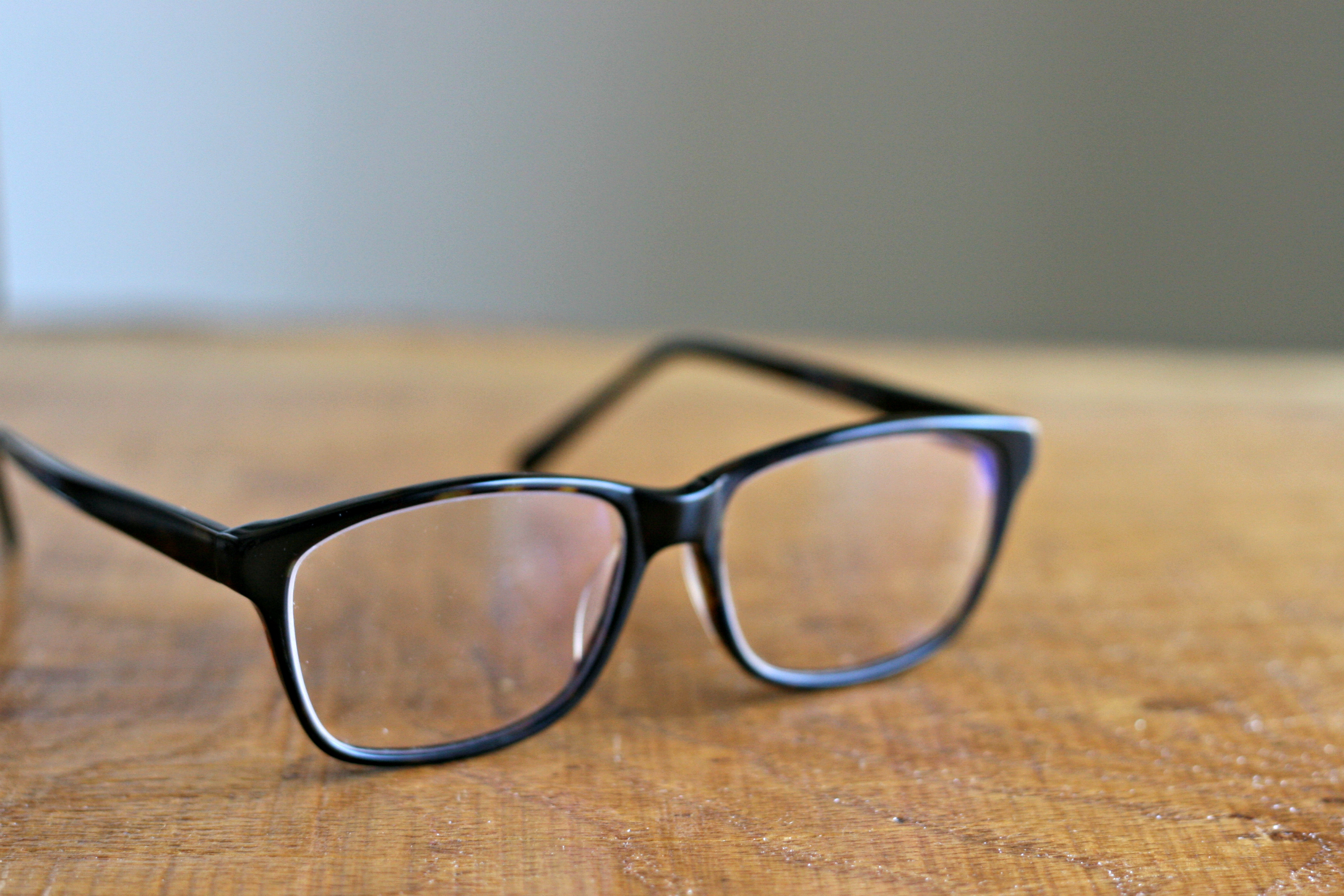 nookandsea-firmoo-glasses-review-online-retailer-tortoise-shell-unisex-full-frame-acetate-glasses-wood-table